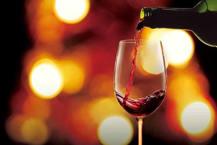 ワインをグラスに注ぐ