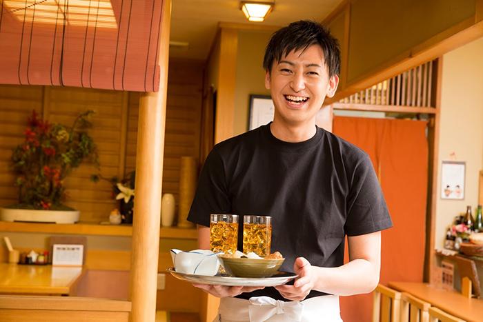料理と飲物をサーブするスタッフ